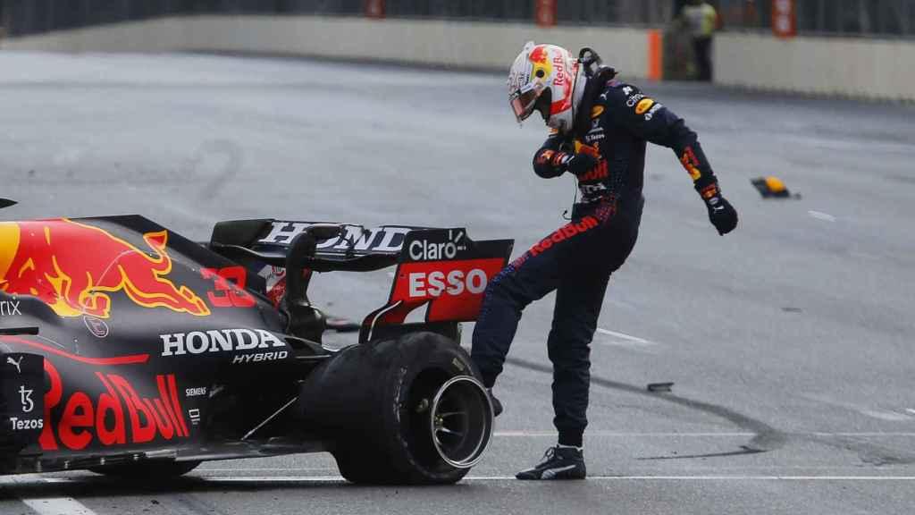Max Verstappen golpea la rueda que reventó en Azzerbaiyán