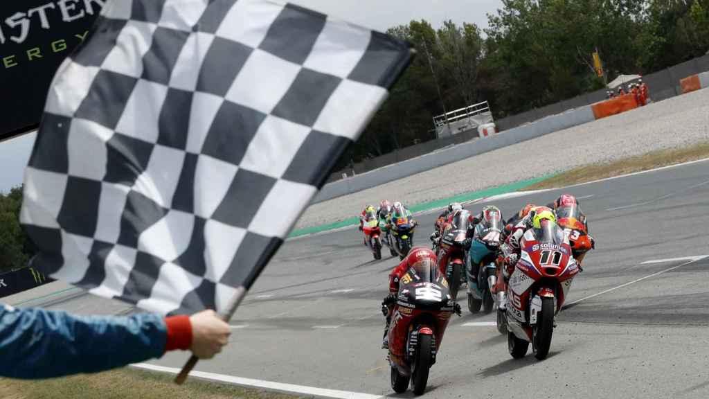 Sergio García entrando en primera posición en el Gran Premio de Cataluña de 2021 de Moto3