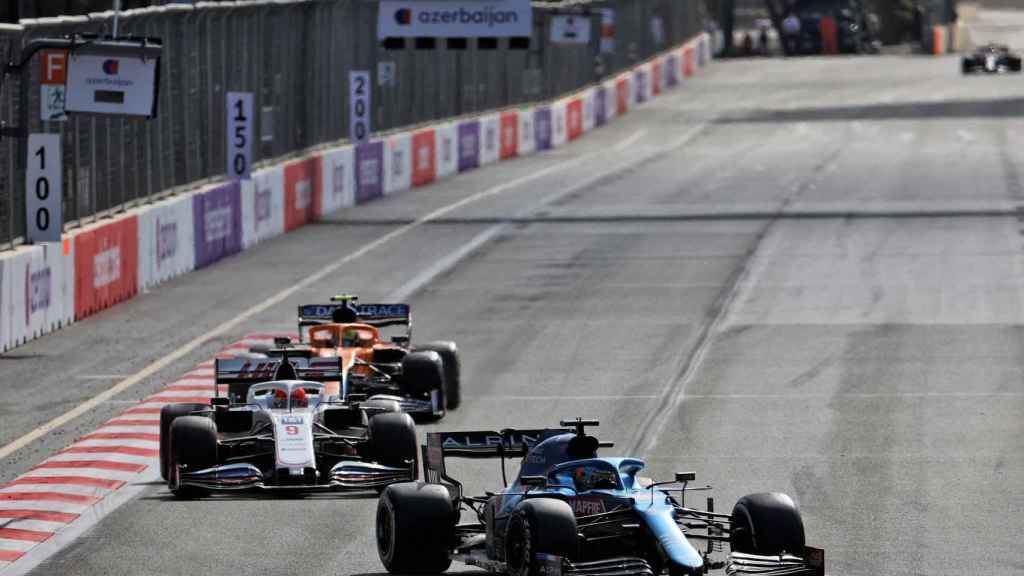 Fernando Alonso rueda por delante de un Haas y un McLaren