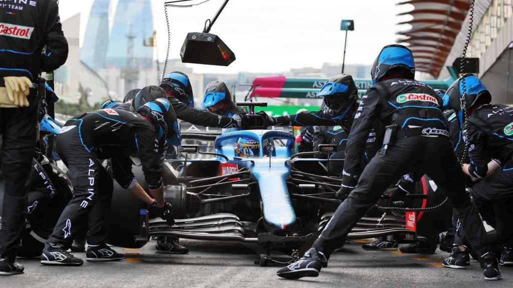 Fernando Alonso en una parada en boxes en Bakú
