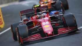 Carlos Sainz rueda por delante de un McLaren en Bakú