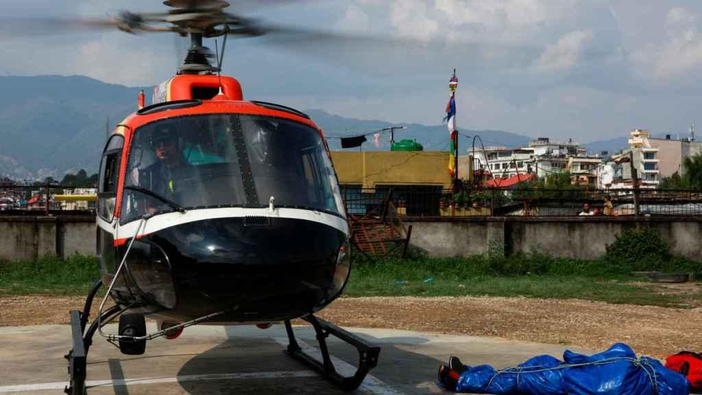 Un helicóptero traslada el cuerpo de uno de los fallecidos