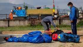 El cuerpo de uno de los fallecidos en el Everest tras ser trasladado a Katmandú