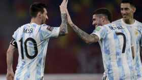 Leo Messi celebra un gol con la selección de Argentina con De Paul y Di María
