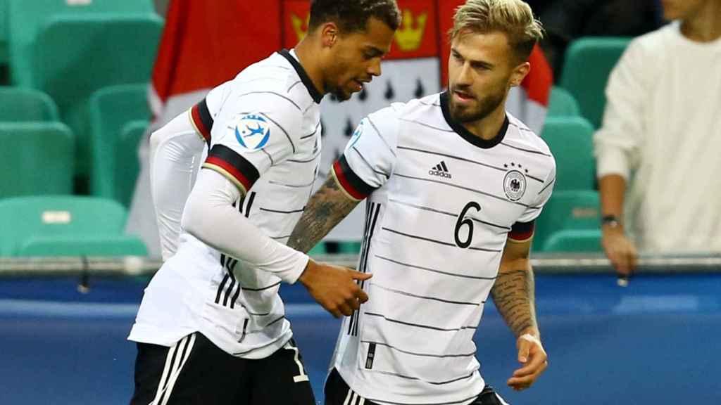 Lukas Nmecha celebra con Niklas Dorsch su gol con la selección de Alemania en la final del Europeo sub21