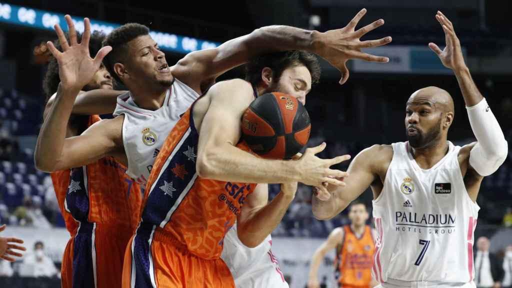 Real Madrid y Valencia Basket pelean por un rebote