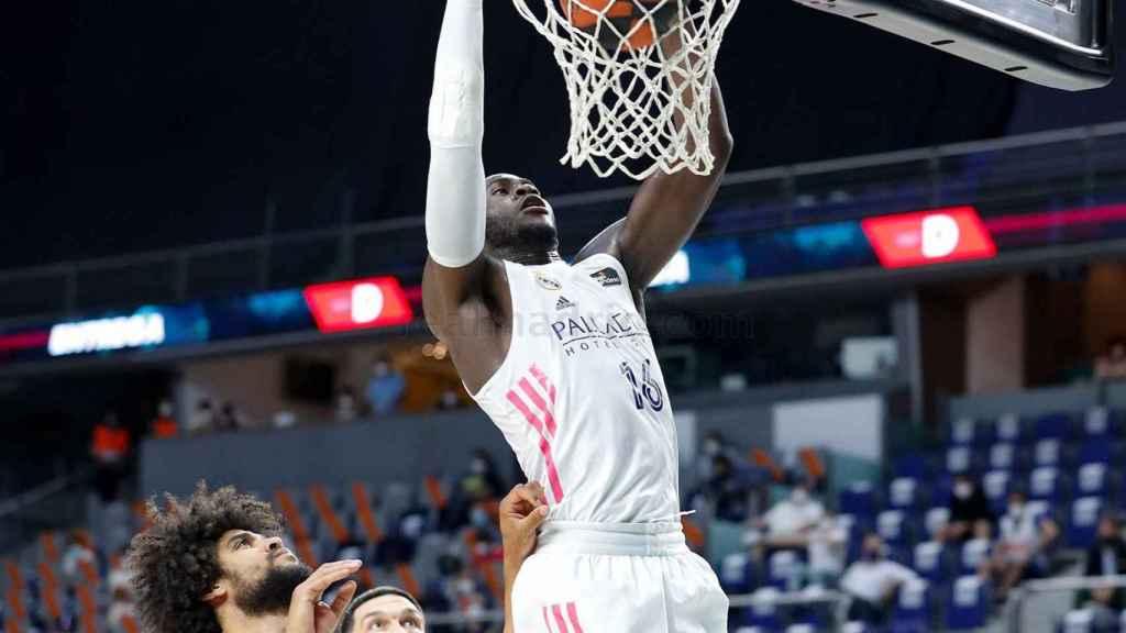 Garuba machaca el aro de Valencia Basket