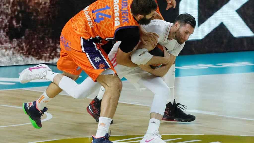 Rudy Fernández defiende un balón presionado por Dubljevic