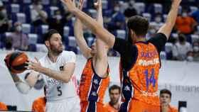 Rudy Fernández cerrado por dos defensas de Valencia Basket