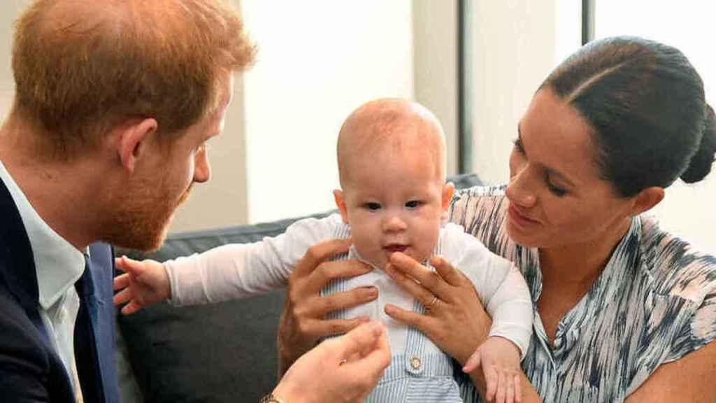Harry y Meghan junto a su hijo mayor, Archie, de 2 años de edad.