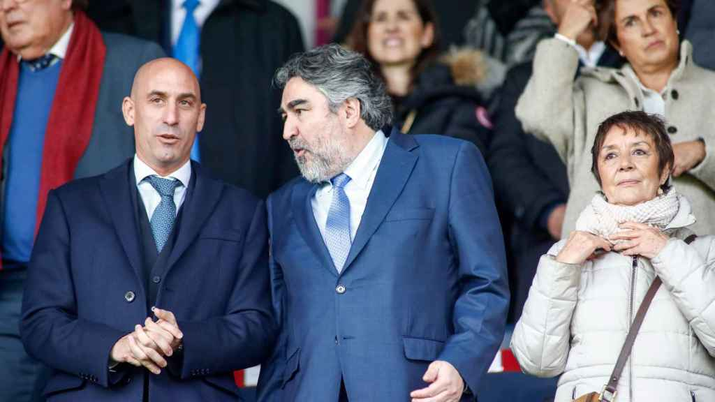 Luis Rubiales y José Manuel Rodríguez Uribes, durante un partido de fútbol