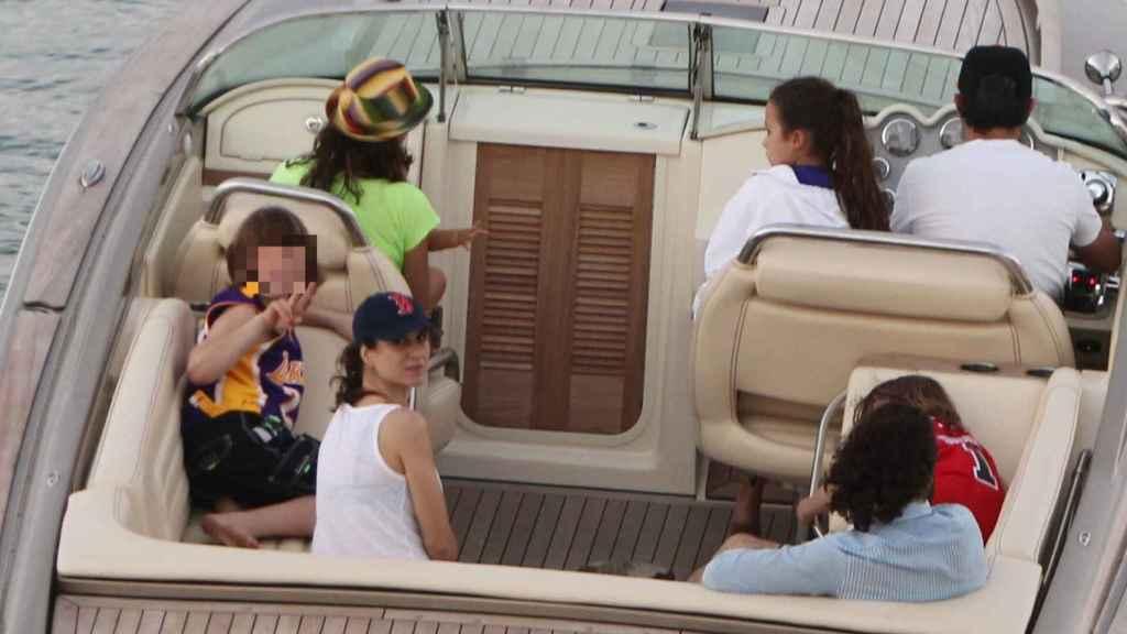 Alejandro Sanz, junto a sus hijos Manuela, Alexander y Dylan, en unas vacaciones en 2013.