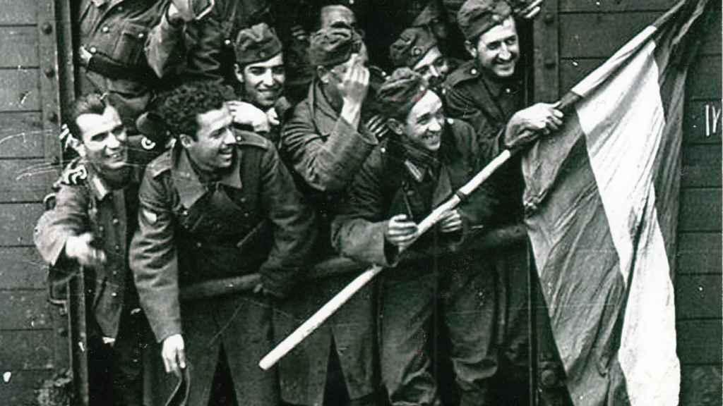Berlanga, el segundo por la izquierda de la primera fila. El cineasta confesó que su ansia de aventura, animada por algunos falangistas, y el deseo de impresionar a una chica, le empujaron a la División Azul.