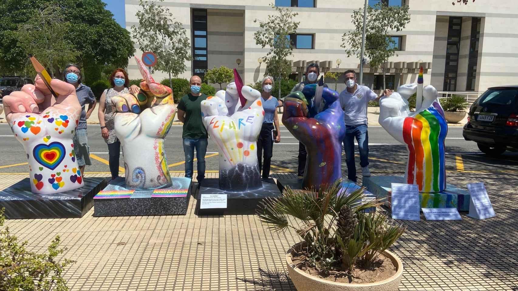 Las esculturas, inspiradas en la mano de la UA, están decoradas con motivos LGTBI.
