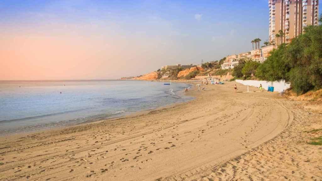 La playa oriolana de Barranco Rubio  reconocida con la Bandera Azul.