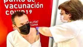 El alcalde de Elche, Carlos González, fue vacunado en IFA el pasado 25 de mayo.