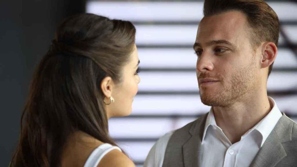 El actor halaga profesionalmente a su compañera Hande Erçel, que además es su pareja.