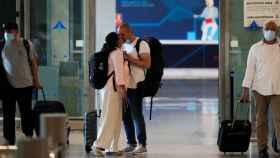 Una pareja se besa al llegar al aeropuerto de Málaga. Jon Nazca / Reuters.