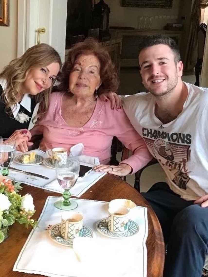 Ana Obregón junto a su madre y su hijo, Álex Lequio.