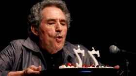 Miguel Ríos soplando las velas en su 77 cumpleaños
