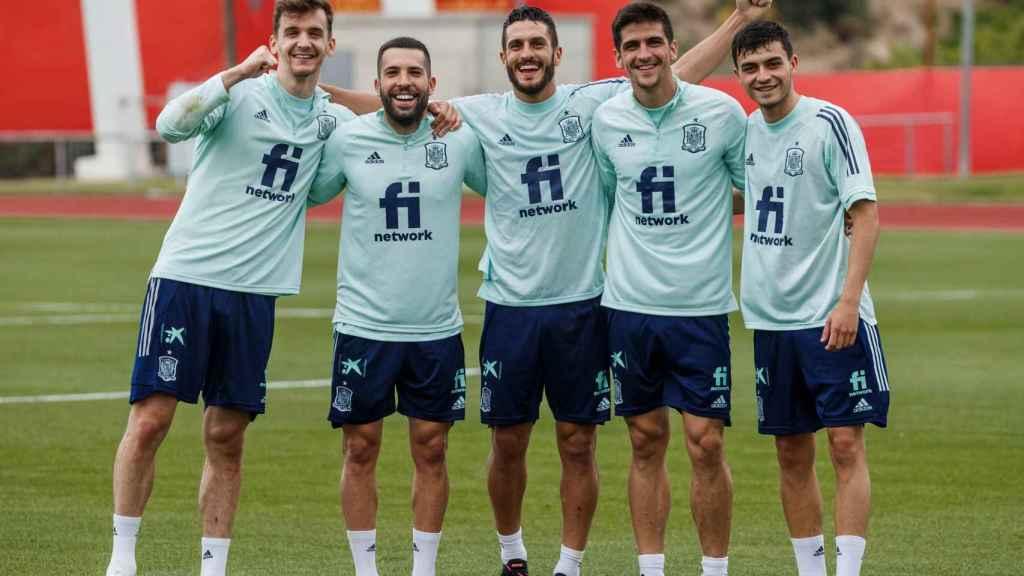 Diego Llorente, Jordi Alba, Koke Resurección, Gerard Moreno y Pedri, durante un entrenamiento con la Selección