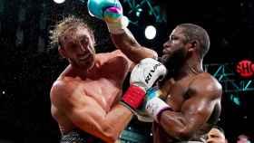Logan Paul y Floyd Mayweather, durante su combate de boxeo