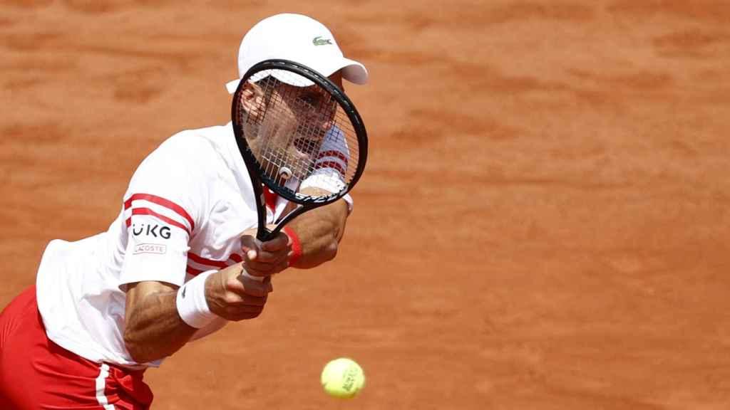 Djokovic ejecuta un revés con fuerza ante Musetti en Roland Garros