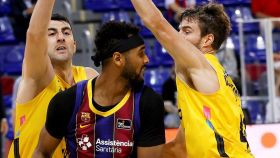 Brandon Davies ante Aaron Doornekamp y Giorgi Shermadini, en el Barcelona - Lenovo Tenerife de la ACB