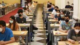 Centenares de alumnos se examinan de la EvAU en el Campus de Toledo. Fotos: Ó. HUERTAS