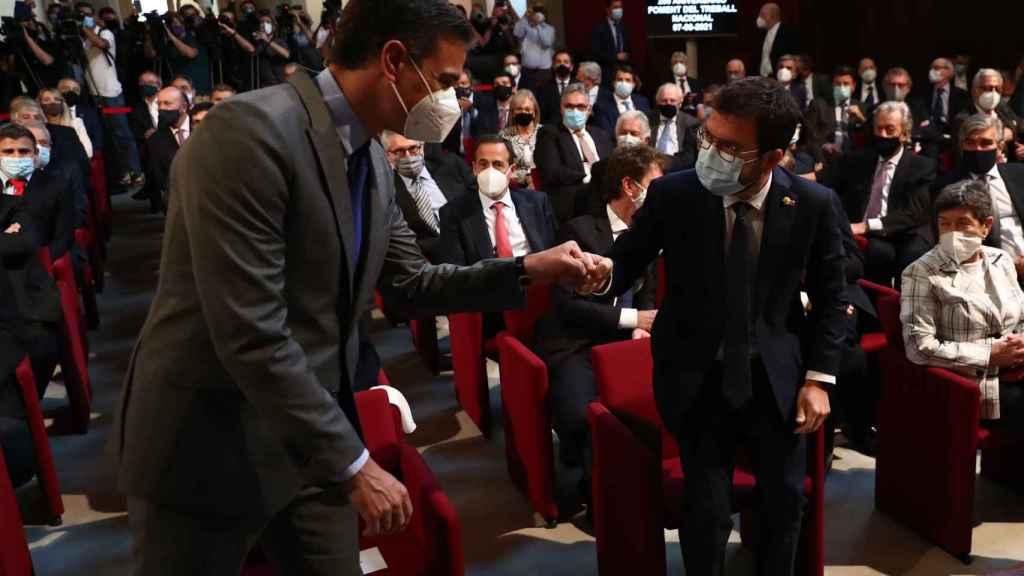 Pedro Sánchez saluda a Pere Aragonès en el acto del 250 aniversario de Foment del Traball, en Barcelona.