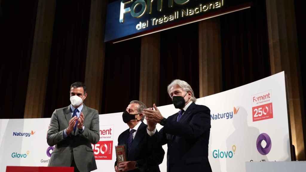 Pedro Sánchez, Javier Godó y Josep Sànchez Llibre, en el homenaje al editor durante el 250 aniversario de Foment del Treball, en Barcelona.