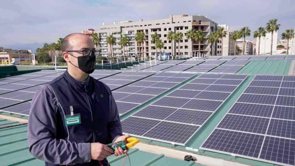 Placas solares sobre una tienda de Mercadona. EE