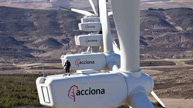 Varias turbinas eólicas de Acciona en un parque renovable.