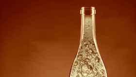 Cuello de una botella de una bebida gasificada.