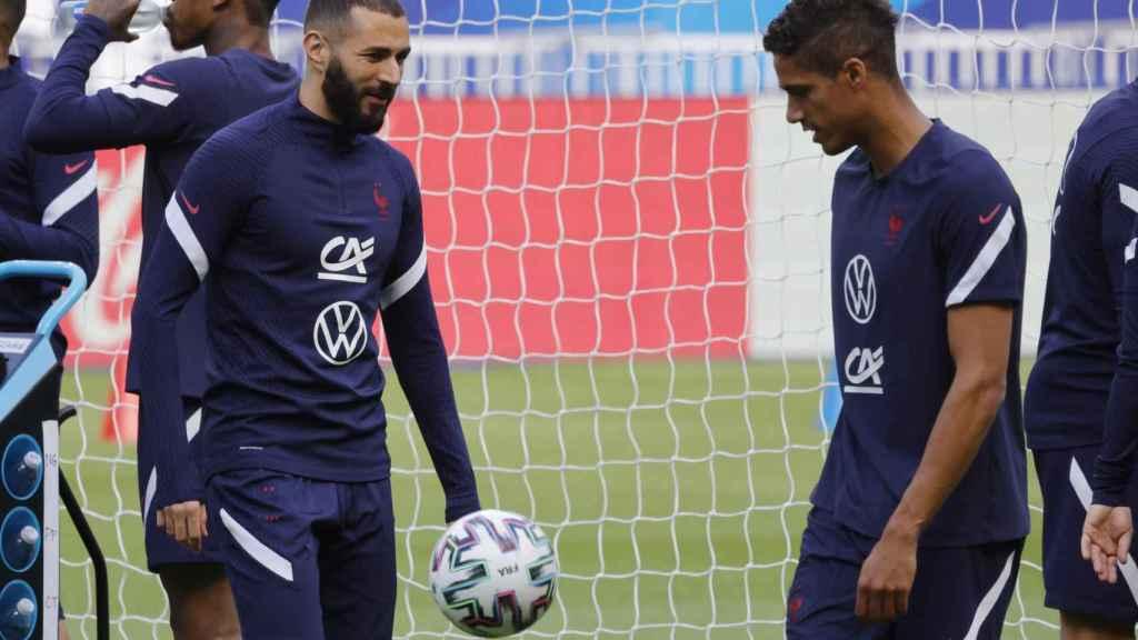 Benzema y Varane, con Francia