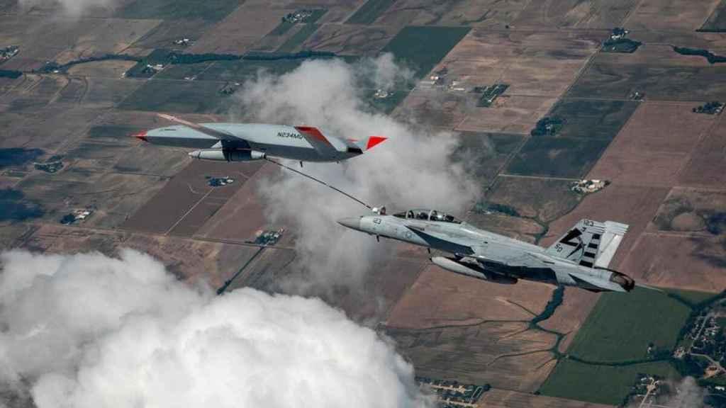MQ-25 Stingray reabasteciendo a un F-18