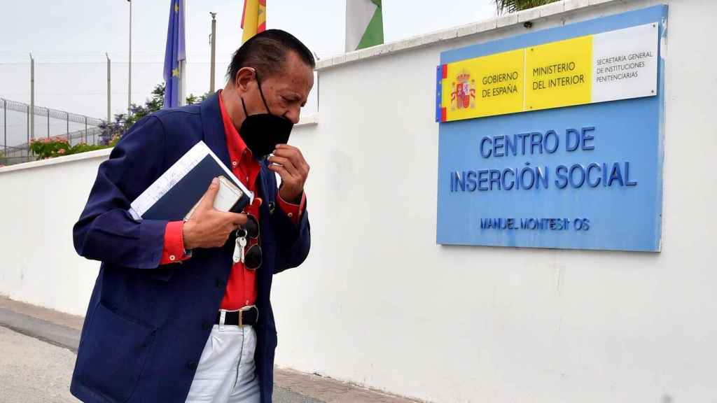 Julián Muñoz llegando al centro de Inserción Social en Cádiz.