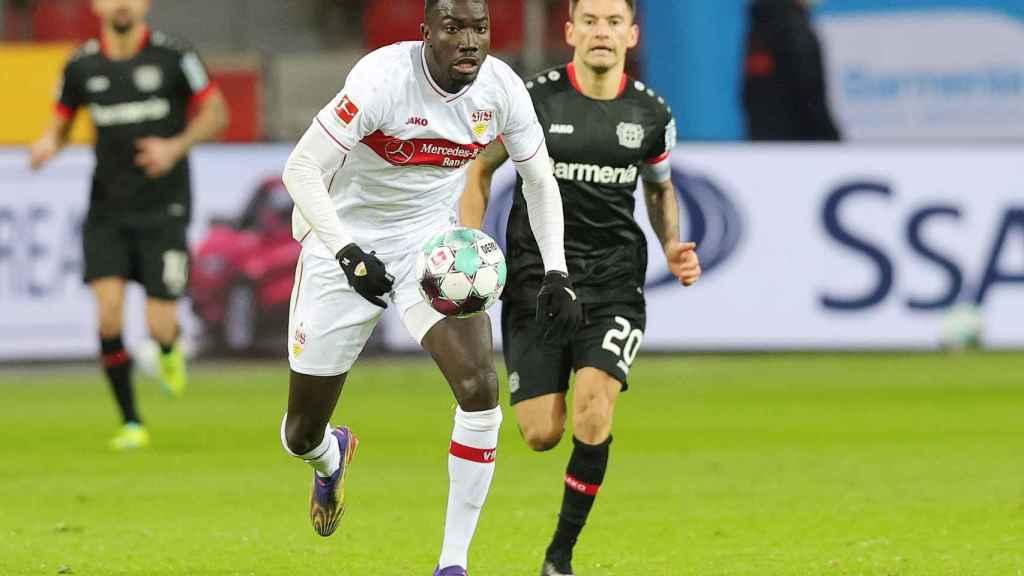Silas Wamangituka persigue un balón en un partido de la Bundesliga