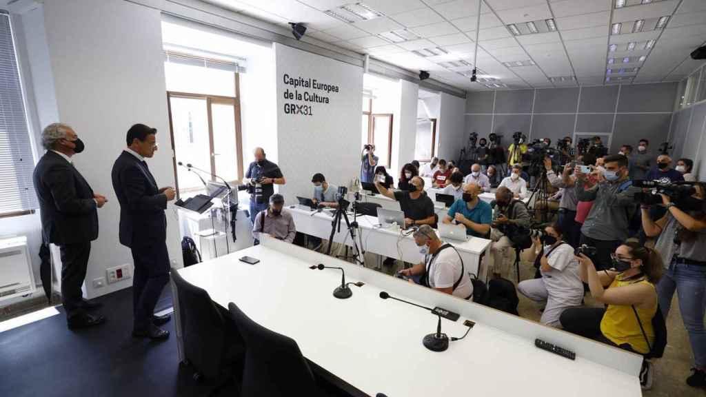 Luis Salvador en la sala de prensa del Ayuntamiento de Granada.