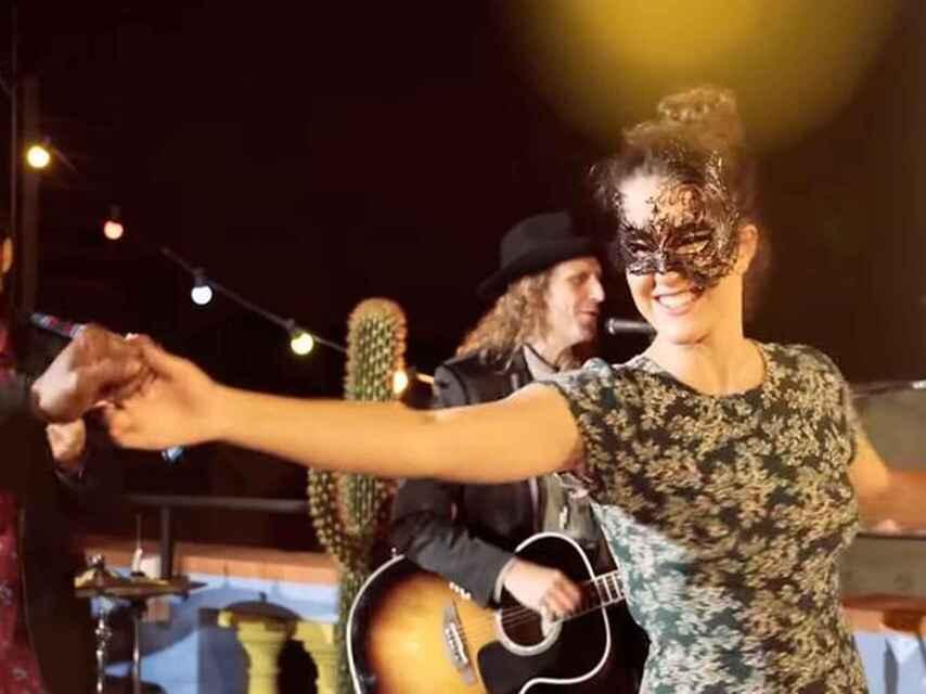 Sara Donés durante el último videoclip de su padre, 'Eso que tú me das'.