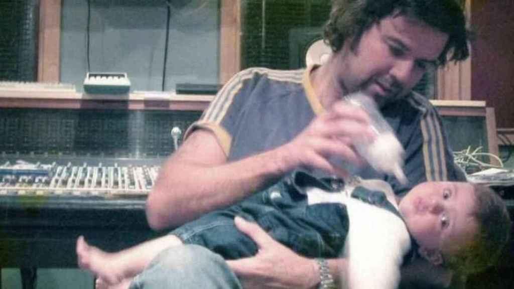 Pau Donés en el estudio de grabación junto a su hija Sara cuando era un bebé.
