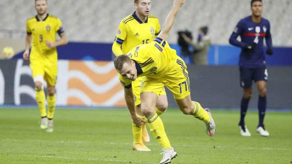 Dejan Kulusevski, detrás de Marcus Berg en un partido de la Nations League frente a Francia