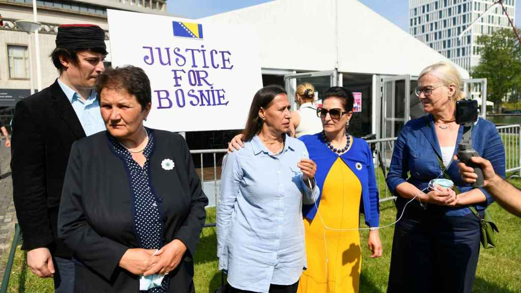 Un grupo de personas se manifiesta a las afueras del Tribunal reclamando Justicia para Bosnia.