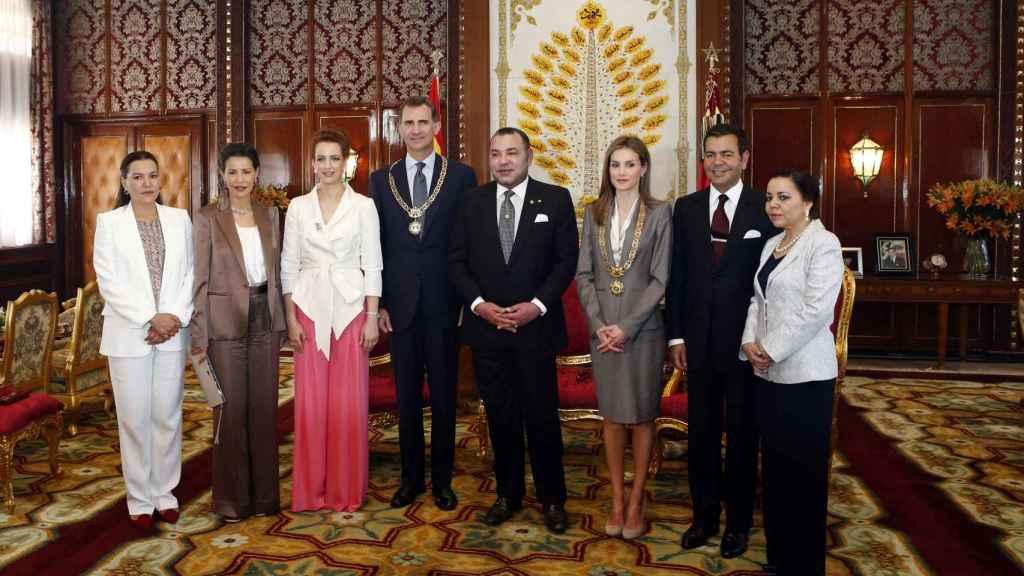 Lalla Hasna junto a su familia, en una visita de los Reyes de España a Rabat, en 2014.