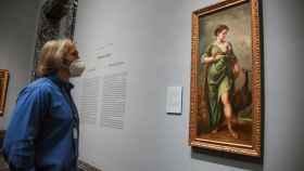 Un hombre observa el cuadro del barroco español 'La Diosa Juno', del pintor Alonso Cano.