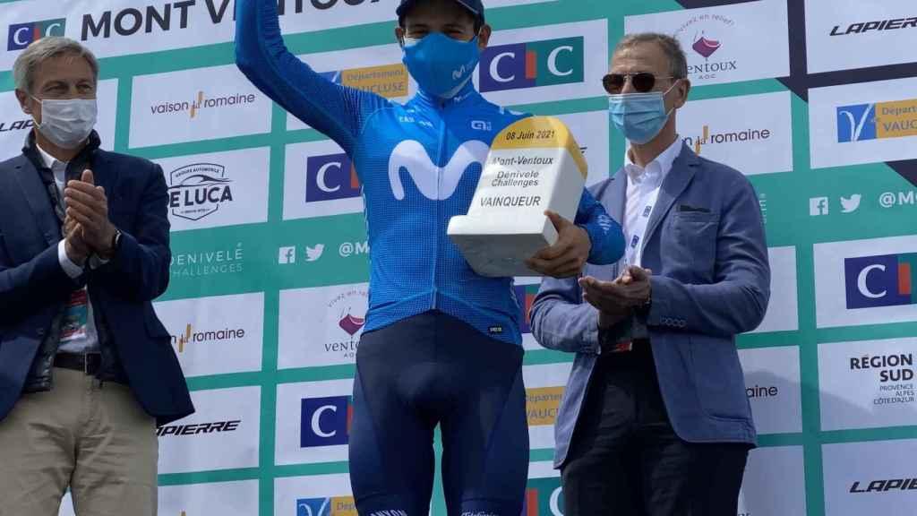 Miguel Ángel López, con el trofeo de la Mont Ventoux Denivele Challenge de 2021