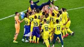 Unai Emery, siendo manteado por los jugadores del Villarreal