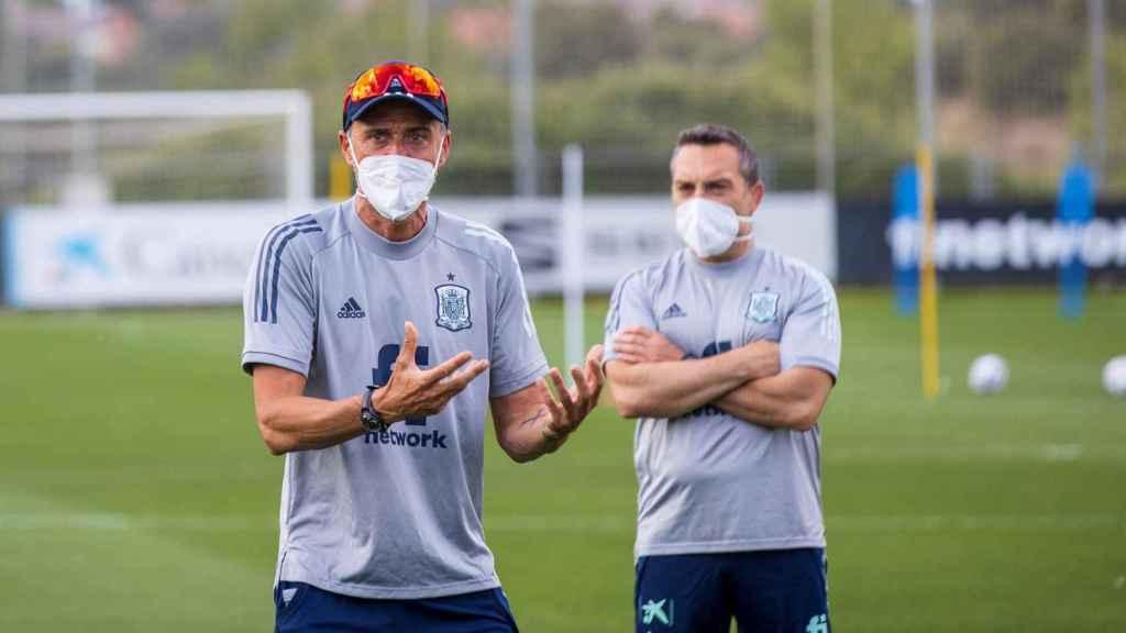 Luis Enrique, con mascarilla, durante un entrenamiento de la Selección
