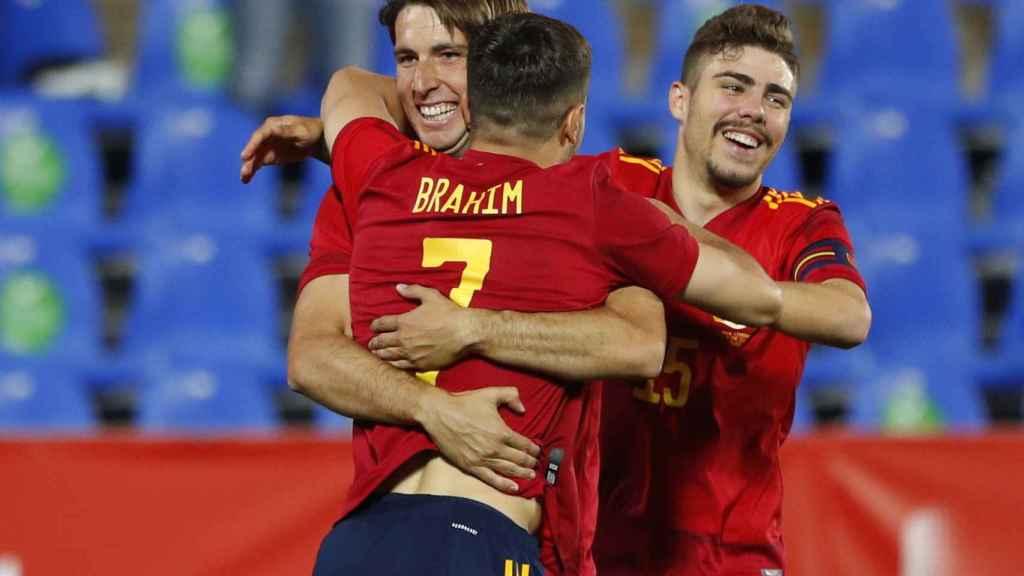 Brahim Díaz y Alejandro Pozo celebran con Juan Miranda su gol