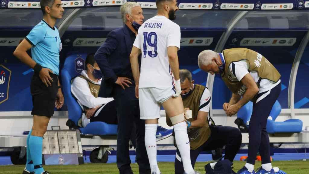Karim Benzema, con las asistencias médicas de Francia en la banda